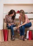 Ходить по магазинам 2 молодой привлекательный женщин Стоковые Фотографии RF