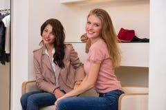 Ходить по магазинам 2 молодой привлекательный женщин Стоковое Фото