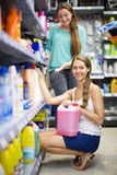 Ходить по магазинам на магазине домочадца Стоковая Фотография RF