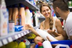 Ходить по магазинам на магазине домочадца Стоковое фото RF