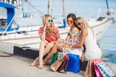 Ходить по магазинам около друзей моря 3 счастливых Стоковые Фотографии RF