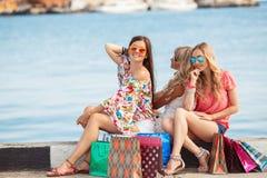 Ходить по магазинам около друзей моря 3 счастливых Стоковое Изображение