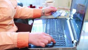 Ходить по магазинам онлайн используя портативный компьютер