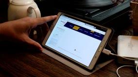Ходить по магазинам онлайн на вебсайте авиакомпаний Egiptair видеоматериал