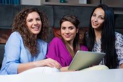Ходить по магазинам онлайн с девушками Стоковые Изображения