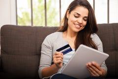 Ходить по магазинам онлайн с таблеткой Стоковые Изображения