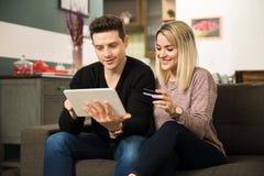 Ходить по магазинам пар онлайн на таблетке Стоковая Фотография RF