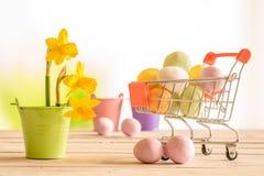 ходить по магазинам пасхальныхя тележки цветастый Стоковое Изображение RF