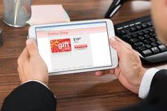 Ходить по магазинам предпринимателя онлайн с мобильным телефоном Стоковое Изображение RF
