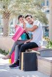 Ходить по магазинам с женой Соедините сидеть на стенде и держать sh Стоковые Фото