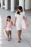 Ходить по магазинам с матерью Стоковые Фотографии RF