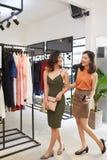 Ходить по магазинам для модных одежд Стоковые Изображения