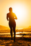 Ход и солнце женщины Стоковые Фото