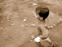 ход мальчика нерезкости Стоковые Фото