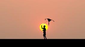 Ход мальчика силуэта и летать змей Стоковая Фотография RF