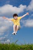 Ход мальчика, скакать внешний Стоковая Фотография