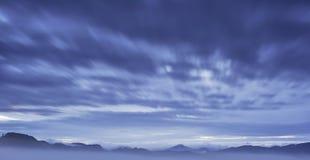 Холмистый ландшафт с туманом Стоковая Фотография RF