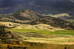 Холмистый обрабатывать землю гор Стоковые Фотографии RF