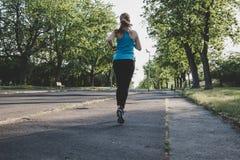 Ход молодой женщины, jogging в парке Работать внешний Стоковые Фотографии RF