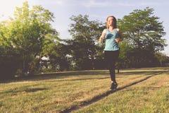 Ход молодой женщины, jogging в парке Работать внешний Стоковое фото RF