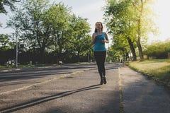 Ход молодой женщины, jogging в парке Работать внешний Стоковая Фотография