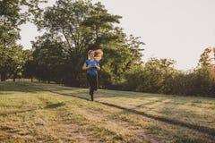 Ход молодой женщины, jogging в парке Работать внешний Стоковое Фото