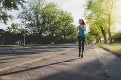 Ход молодой женщины, jogging в парке Работать внешний Стоковые Фото