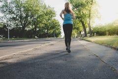 Ход молодой женщины, jogging в парке Работать внешний Стоковое Изображение RF