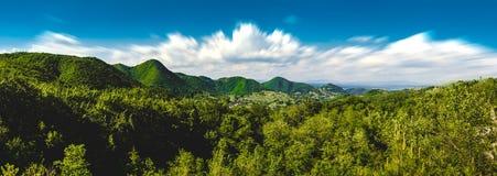 Холмы благоустраивают над облака Стоковые Изображения