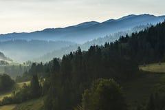 Холмы в тумане утра Стоковое фото RF