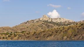 Холмы и горы на Чёрном море плавают вдоль побережья, с облаком над верхними частями Стоковые Изображения