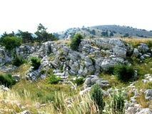 Холмы и горы предусматриванные с вегетацией стоковые изображения rf