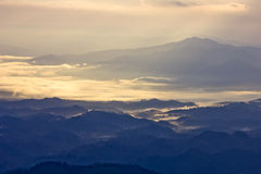 Холмы и туманное в утре на kunsatarn, Nan, Таиланде. Стоковые Изображения