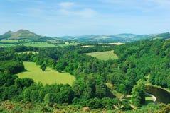 Холмы Eildon от взгляда Scotts с одеждой из твида реки стоковая фотография