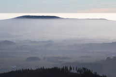 Холм в тумане Стоковая Фотография RF