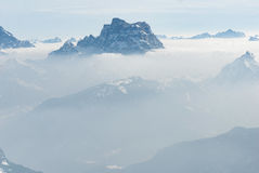 Холм горы верхний пиковый над облаками и антенной тумана Стоковые Фотографии RF