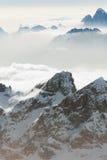 Холм горы верхний пиковый над облаками и антенной тумана Стоковая Фотография RF