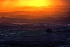 Холм и сельскохозяйственное угодье завальцовки Стоковые Изображения RF