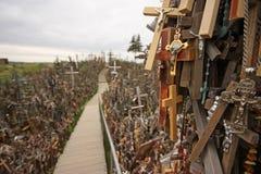 Холм крестов место паломничества в северной Литве Стоковые Фотографии RF