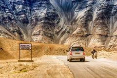 Холм силы тяжести куда низкооборотные автомобили нарисованы против силы тяжести известно как магнитный холм Стоковые Изображения