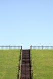 Холм с деревянными лестницами стоковое изображение
