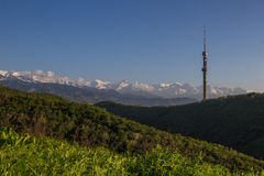 Холм Kok Tobe и Mountain View весной, Алма-Ата, Казахстан стоковое изображение rf