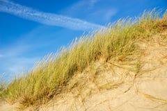 Холм Sandy крутой и небо ясности голубое стоковые фото