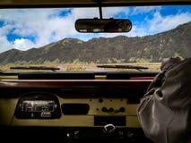 Холм Savana вокруг горного вида Bromo изнутри автомобиля Стоковое Изображение