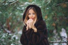 Холод девушки в лесе зимы Стоковое Изображение