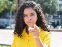 Холодная латино-американская девушка с длинными темными волосами Стоковые Изображения RF