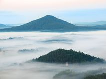 Холодная атмосфера падения в сельской местности Холодное и влажное утро, туман двигает между темными холмами и пиками деревьев Стоковое фото RF