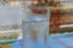 Холодная вода на деревянной таблице стекло холодного свежего питья с льдом Стоковые Изображения