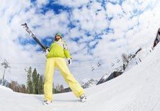 Холодная девушка в маске стоя и держа лыжа стоковые фотографии rf