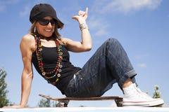 Холодная женщина скейтборда стоковая фотография rf